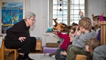 Elisabeth Eberle zieht die Kinder beim Erzählen in ihren Bann.