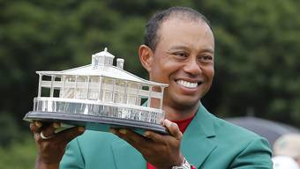epa07507249 Tiger Woods of the US celebrates with his fifth green jacket after winning the 2019 Masters Tournament at the Augusta National Golf Club in Augusta, Georgia, USA, 14 April 2019. The 2019 Masters Tournament is held 11 April through 14 April 2019. EPA/ERIK S. LESSER