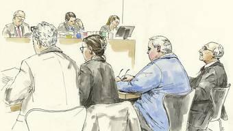 Die Gerichtszeichnung zeigt (von links nach rechts) den Anwalt der Opfer, die Staatsanwältin sowie den Angeklagten und seinen Verteidiger während der Verhandlung am Bezirksgericht Dietikon. (Archiv)