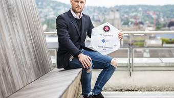 Fredrik Pettersson zeigt seine Auszeichnung