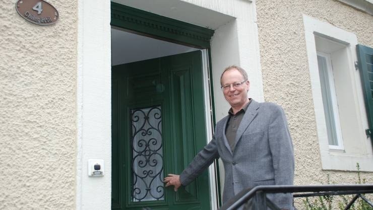 Kirchenpflegepräsident Kurt Notter öffnet die Tür zum Pfarrhelferhaus, wo schon im April eine Asylbewerber-Familie einziehen könnte.