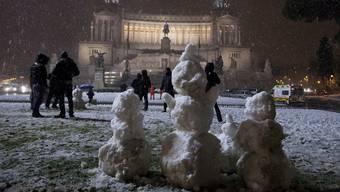 Schneemänner vor dem Monumento Vittorio Emanuele II in Rom