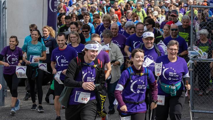 Gute Laune beim Massenstart am Samstagnachmittag für den Lauf «Relay for Life» im Moos in Balsthal.