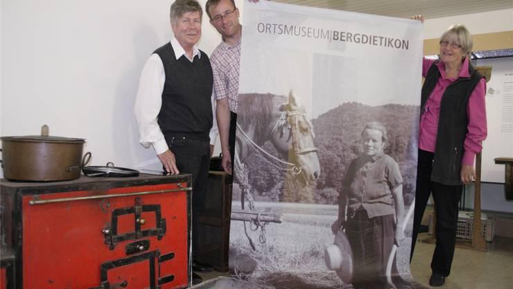 Die Museumskommissionsmitglieder Urs Spörri, Mike Grendelmeier und Monika Müller vor dem alten Herd.