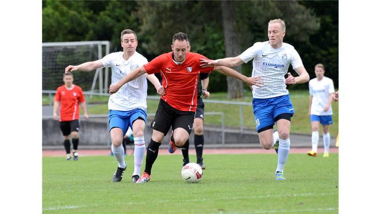 Denis Widmer (links)  und Luca Guarda können Liestals Torschütze vom Dienst Florian Hengel nicht aufhalten.