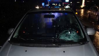 Die junge Frau wurde auf einem Fussgängerstreifen an der Hendschikerstrasse von einem herannahenden Auto erfasst, zu Boden geschleudert und dabei verletzt.