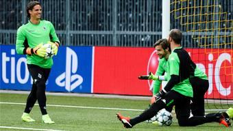 Torhüter Yann Sommer (links) beim Abschlusstraining der Borussia am Montag im Stade de Suisse. Keystone