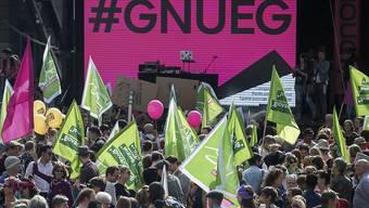 """Ende September demonstrierten mehrere hundert Personen in Bern für Lohngleichheit und gegen Diskriminierung """"#Enough 18"""" (Archivbild)"""