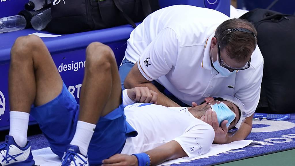 Die Nackenprobleme, die Novak Djokovic letzte Woche noch leicht behinderten, sind noch nicht zu 100 Prozent wegkuriert, auch wenn sich Djokovic gegen Dzumhur nicht mehr auf dem Platz behandeln lassen musste.