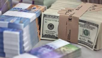 Gebündelte Franken- und Dollar-Noten