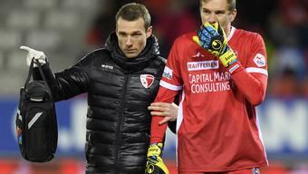Knieprellung diagnostiziert: Sion-Goalie Anton Mitrjuschkin verlässt am Sonntag mit Teamarzt Yoann Demangeot den Platz