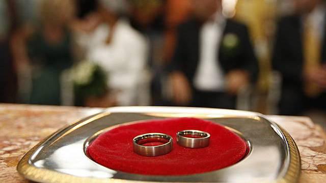 Eheleute können sich heute für einen Doppelnamen entscheiden (Symbolbild)