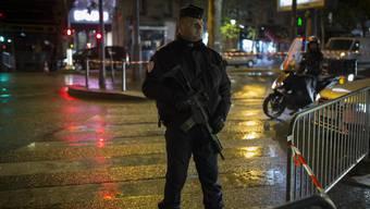 Noch immer besteht in Frankreich die grosse Gefahr von Terroranschlägen. Ein Polizist bewacht eine Kreuzung nach dem Bataclan-Attentat im Novmeber 2015. (Archiv)