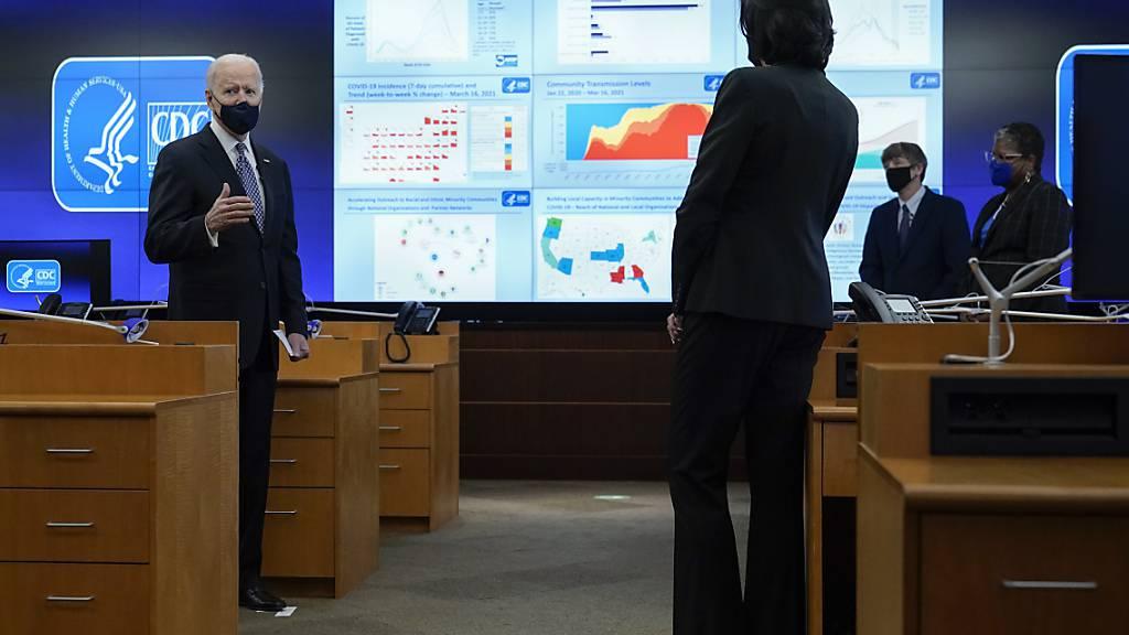 Joe Biden, Präsident der USA, spricht bei einem Briefing zur Corona-Pandemie am Hauptsitz der Gesundheitsbehörde «Zentren für Krankheitskontrolle und -prävention» (Centers for Disease Control and Prevention, CDC), zu CDC-Leiterin Dr. Rochelle Walensky (vorne, r). Foto: Patrick Semansky/AP/dpa