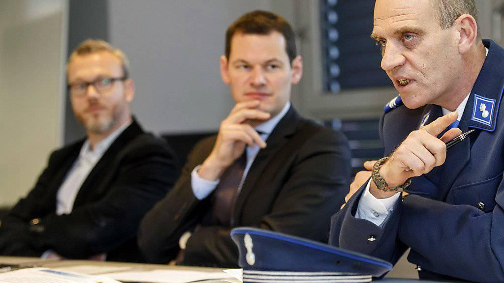 Polizeikommandant Christophe Bobillier (rechts), Sicherheitsdirektor Pierre Maudet (Mitte) und der Professor der Universität Neuenburg, Francisco Klauser (links), präsentierten die Bilanz des zweijährigen Pilotversuchs einer Videoüberwachung im Pâquis-Quartier.