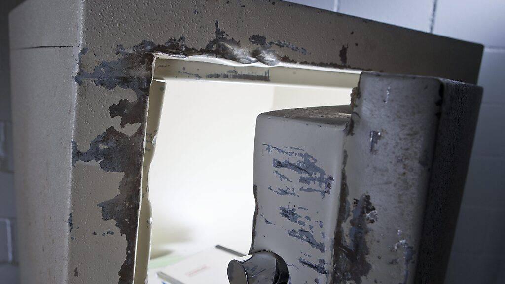 Unbekannte Täter haben in einem Geschäft in Beringen einen Tresor aufgebrochen und Bargeld gestohlen. (Symbolbild)