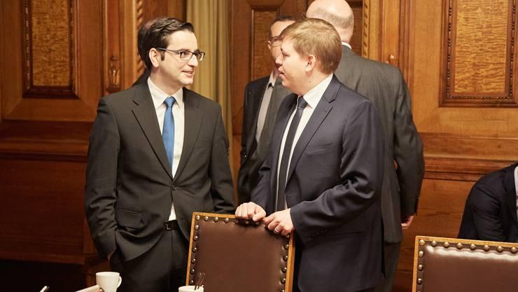 Luca Urgese (FDP, l.) und Balz Herter (CVP) bei der Lagebesprechung.
