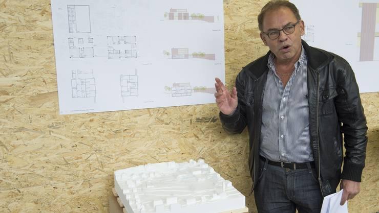 William Steinmann erläutert das Siegerprojekt Chnödli