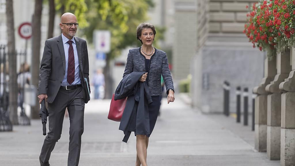 Bundespräsidentin Simonetta Sommaruga auf dem Weg zu den Von-Wattenwyl-Gesprächen.