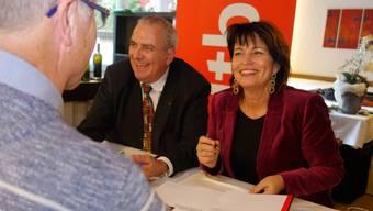 Unter Freunden und Bekannten: Bundesrätin Doris Leuthard und Autor Werner Vogt an der Vernissage beim Signieren des des Buches «Die Staatsfrau mit Charme und Charisma».