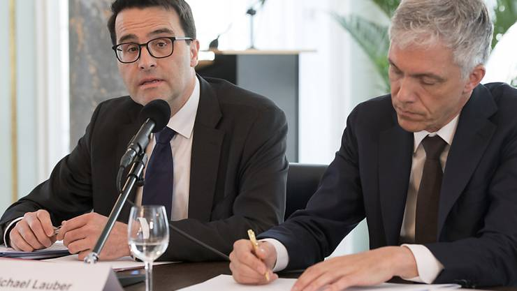 Übernimmt vorläufig den Vorsitz in der Bundesanwaltschaft: der Stellvertretende Bundesanwalt Jacques Rayroud (links) neben dem in den Ausstand versetzten Michael Lauber. (Archiv)