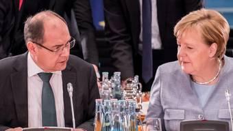 Die deutsche Kanzlerin Angela Merkel rügt ihren Agrarminister Christian Schmidt. Der CSU-Politiker hatte im Alleingang die weitere Verwendung des Umstrittenen Unkrautgifts Glyphosat in der EU gutgeheissen und so in Deutschland für heftige Kritik vor allem seitens der SPD gesorgt. (Archivbild)