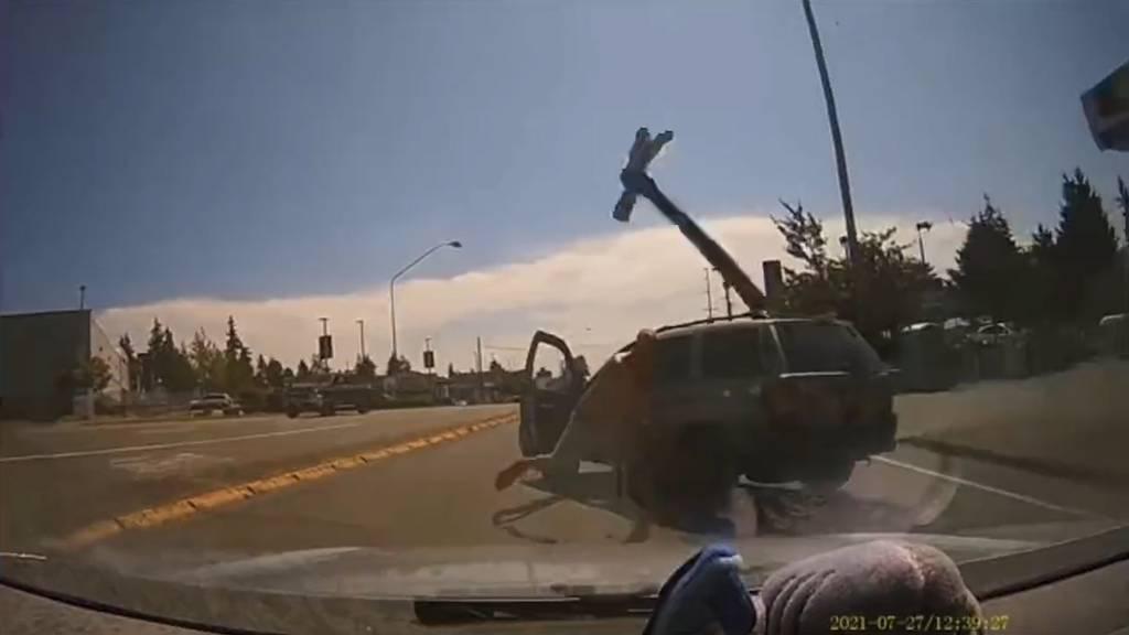 Streit im Strassenverkehr eskaliert: Mann wirft mit Hammer nach Autofahrerin