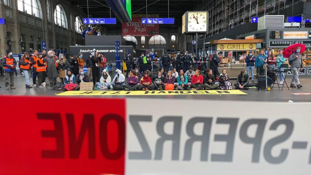 Polizei umstellt Aktivisten von Extinction Rebellion am Zürcher Hauptbahnhof