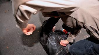 Der Täter hatte 2017 in Bülach einen an der Bushaltestelle wartenden Mann angegriffen. (Symbolbild)