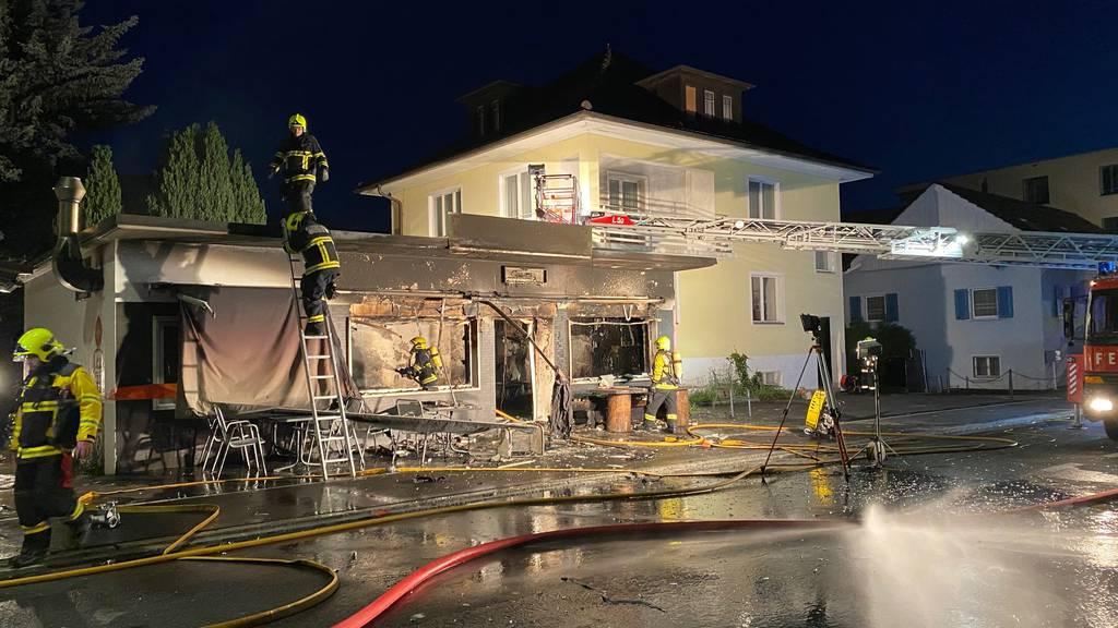 Verkaufsladen nach Explosion durch Brand zerstört