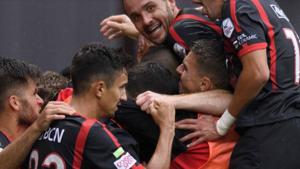 Raphaël Nuzzolo und seine Teamkollegen jubeln über einen Treffer (Archivbild)