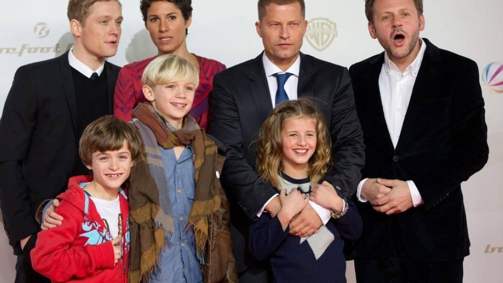 """Eine Hand wäscht die andere: Jasmin Gerat (hinten, 2.v.l.) spielte in «Kokowääh» die Hauptrolle, Regisseur Til Schweiger (hinten, 2.v.r.) pusht sie dafür auf Facebook. """"(Archiv)"""