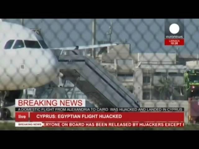 Die Flugzeug-Entführer lassen die ägyptischen Passagiere frei.