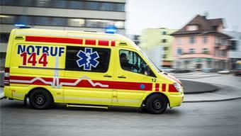 Der 71-Jährige war nicht ansprechbar und wies eine blutende Wunde am Kopf auf. Er musste ins Kantonsspital Aarau überführt werden. (Symbolbild)