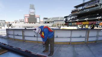 Eishockeyspiele unter freiem Himmel (hier Vorbereitungen auf ein Outdoor-Spiel am Samstag in Denver, Colorado) stehen weltweit hoch im Kurs