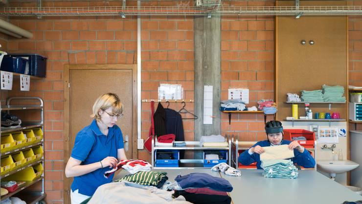 In der Lingerie falten Melanie und Corinne die frisch gewaschene Wäsche zusammen.
