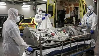 Wer transportfähig ist, wird verlegt. Doch es fehlt an auch an Ambulanzfahrzeugen, die Patienten mit Beatmungshilfen aufnehmen können.