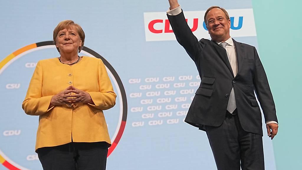 dpatopbilder - Kanzlerkandidat Armin Laschet neben der amtierenden deutschen Bundeskanzlerin Angela Merkel. Foto: Michael Kappeler/dpa