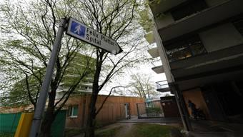 Das Felix-Platter-Spital (links) erhält neue Nachbarn: Ins alte Personalhaus (r.) ziehen Flüchtlinge ein.jun