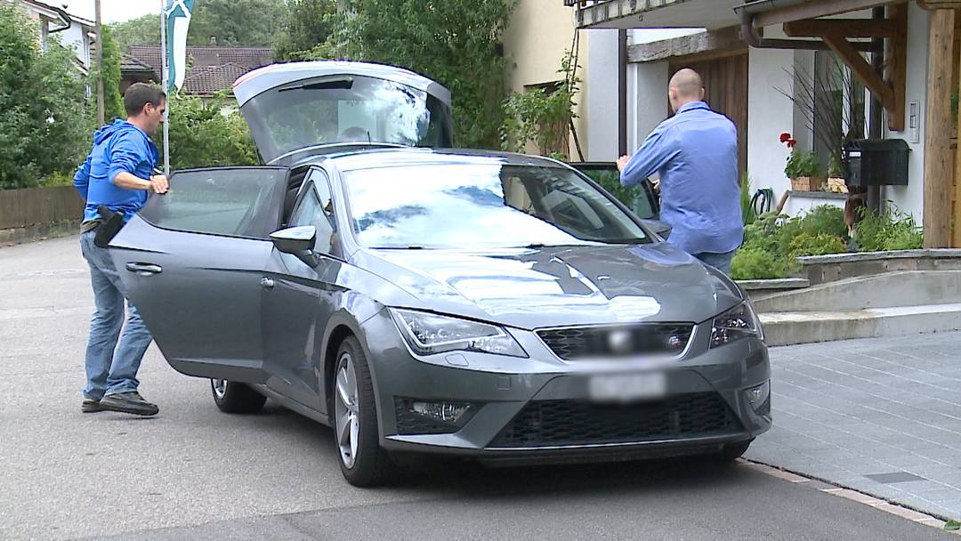 Im Interview mit Tele M1 erzählt Christian Kast am 27. Juli, wie die Eltern vorgegangen sind und was er nun machen will. Kurz danach tauchen zivile Polizisten der Aargauer Kantonspolizei an seinem Wohnort in Sisseln AG auf und nehmen mit.