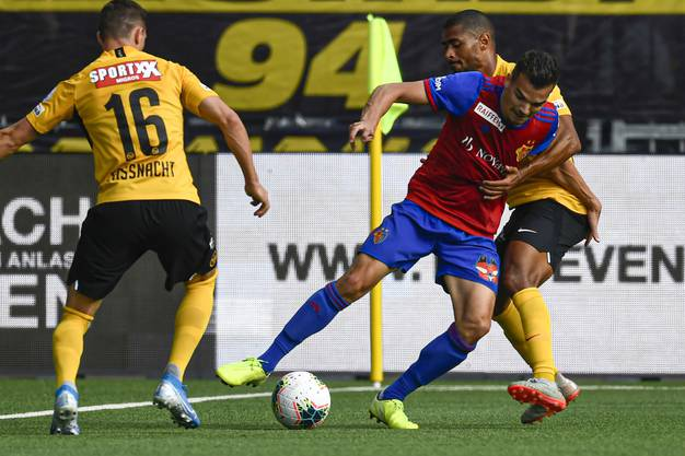 Ein zweiter Treffer? Nicht mit uns!  Kevin Bua (M.) wird von Christian Fassnacht (l.) und Saidy Janko in die Mangel genommen.