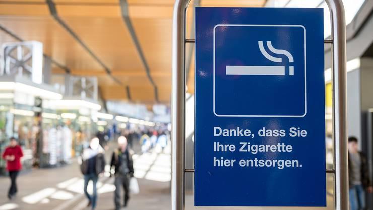 Noch ist an vielen Orten im Bahnhof SBB das Rauchen erlaubt. Beispielsweise auf der Passerelle.