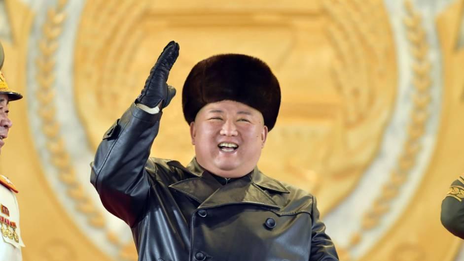 Kim Jong Un zeigt sich während der Militärparade glücklich.