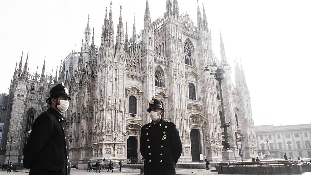 Polizisten stehen auf dem Domplatz vor dem Mailänder Dom. Seit Freitag, 6. November, befindet sich Italien hat seine Corona-Maßnahmen verschärft. Foto: Matteo Biatta/ZUMA Wire/dpa