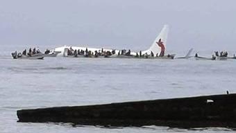 Einheimische retten die Passagiere mit Booten.