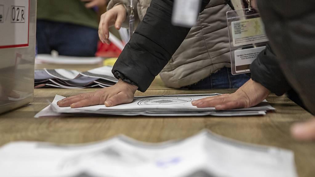 Mitarbeiter der Wahlkommission zählen die abgegebenen Stimmen nach Schließung der Wahllokale. Foto: Visar Kryeziu/AP/dpa