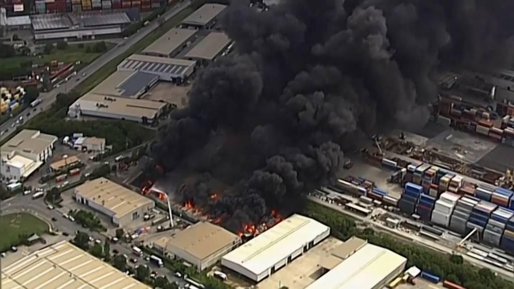 Schwarzer Rauch über Brisbane: Industriehalle in Flammen