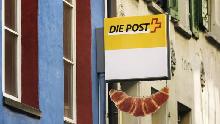 Das Modell der Postagenturen funktioniert gemäss Aufsicht gut: Das Schild für die Postagentur in der Bäckerei Merz in Luzern. (Archivbild)