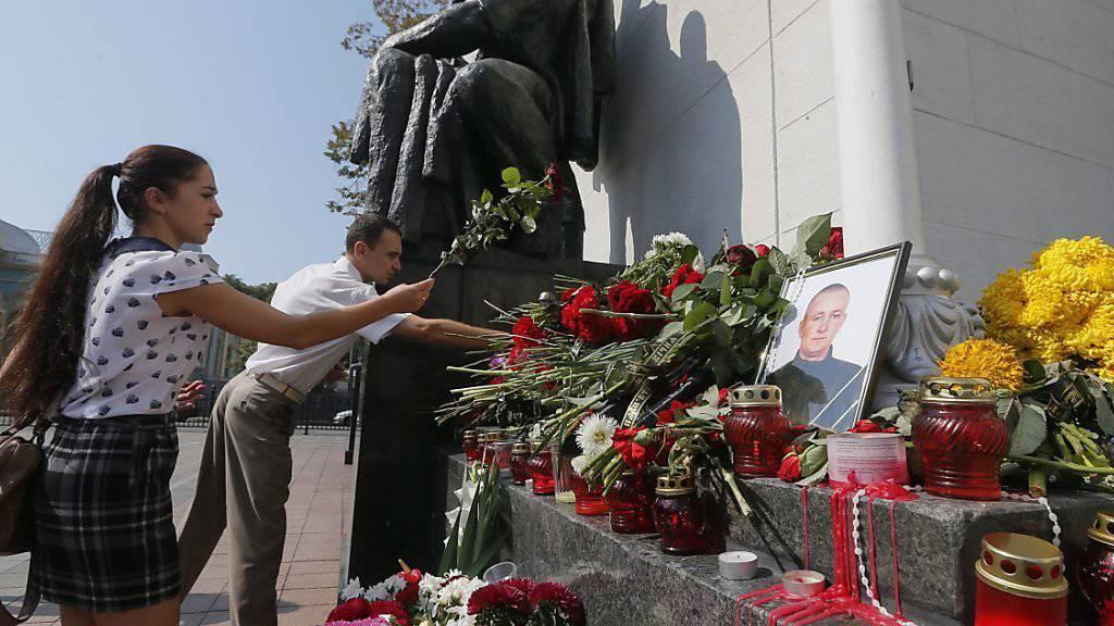 Die Bevölkerung legte vor dem Parlament Blumen nieder zum Gedenken des am Montag getöteten Nationalgardisten. Inzwischen erlagen zwei weitere Polizisten ihren Verletzungen.