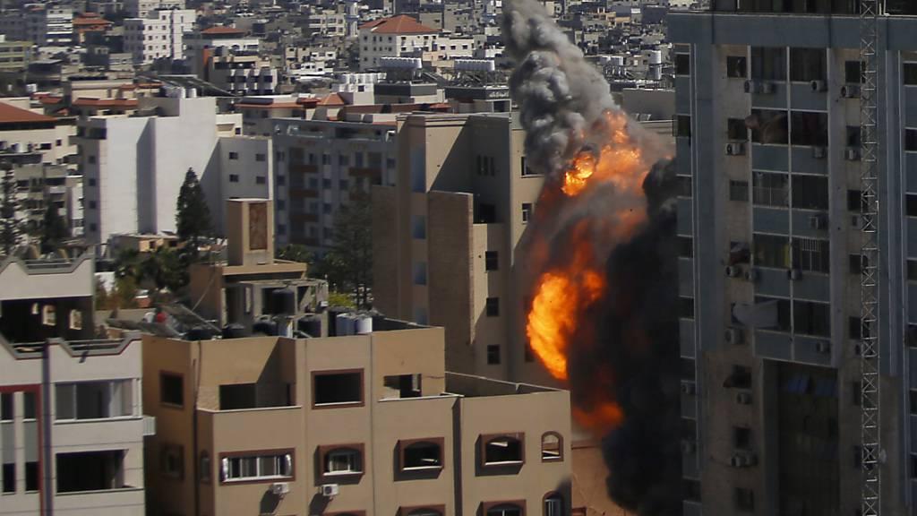 Rauch und Flammen steigen aus einem Gebäude auf, in dem verschiedene internationale Medien untergebracht sind, darunter auch die Associated Press, kurz nach einem israelischen Luftangriff. Foto: Hatem Moussa/AP/dpa